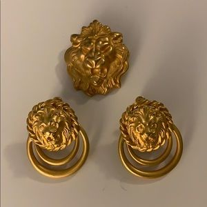 Lion  screw on earring and pin set gold tone